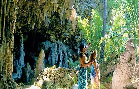 Explorar la cueva Anatakitaki. Islas Cook.