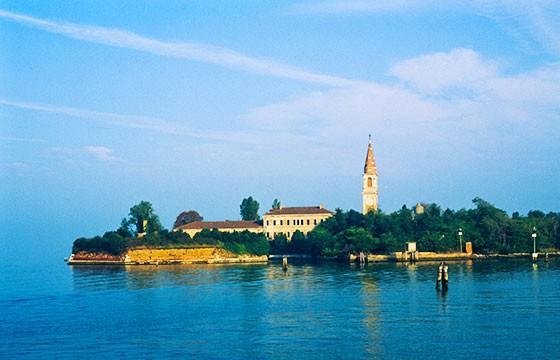 Vista de la Isla maldita Poveglia en Italia