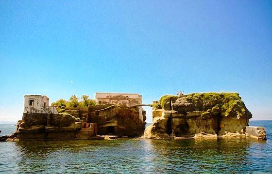 Vista de la isla Gaiola en Italia
