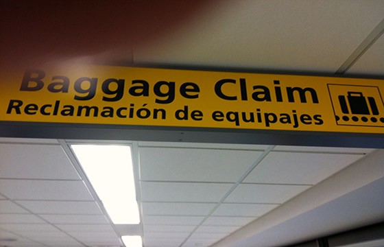 Dirígete lo antes posible al mostrador de equipaje extraviado. 13 tips para la pérdida de tu equipaje.