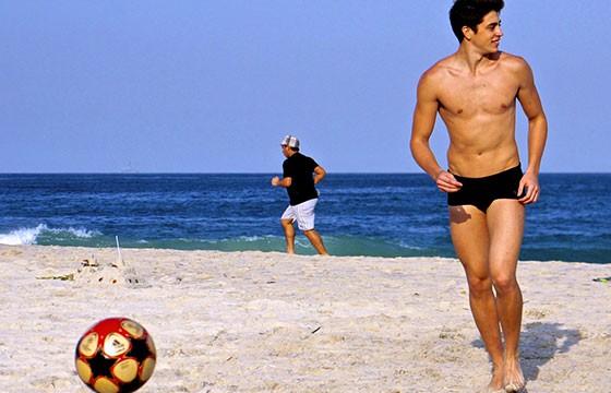 Fútbol o voleibol. Deportes de vacaciones.
