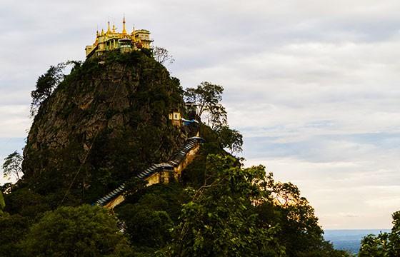 Vista del Monasterio Taungkalat en Sudeste Asiático