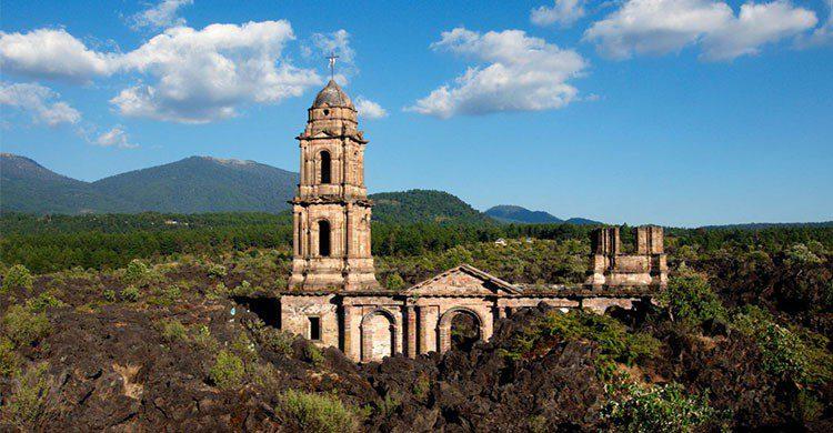 Iglesia sepultada por el volcán