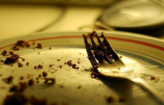 No limpiar el plato de comida. Gestos que pueden traer problemas en otro país.