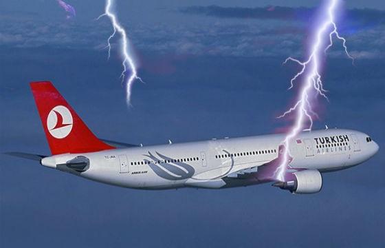 Rayo impactando en avión
