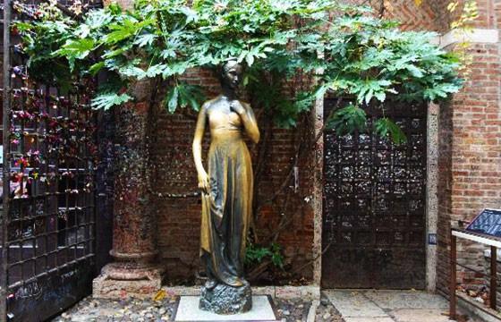 Vista de la estatua de Julieta, Verona Italia