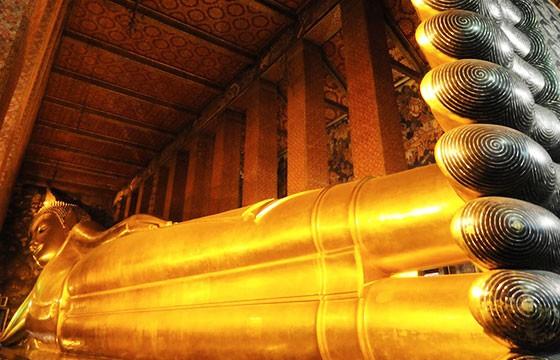 Buda acostado de la suerte en Tailandia