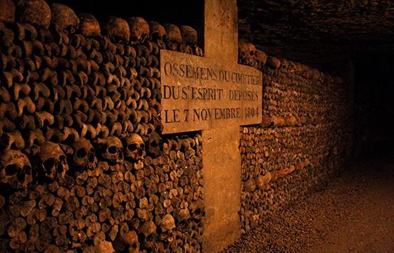 Recorrer las catacumbas en París. Experiencias únicas en el mundo que debes vivir.