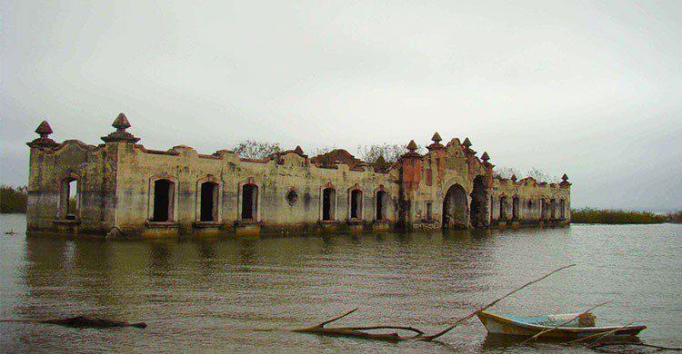 Edificio bajo el agua