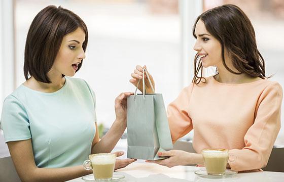 Girl recibe la tienda de regalos-vadimguzhva-Istockphoto