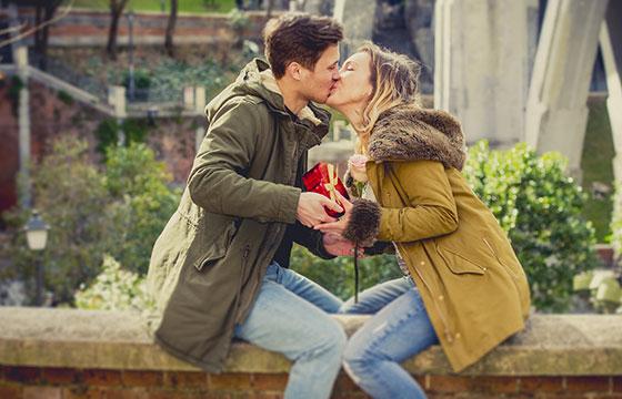 Joven hermosa Pareja en el amor de flores y presente celebración de San Valentín-OcusFocus-Istockphoto