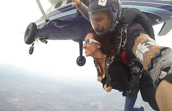 pareja paracaidas