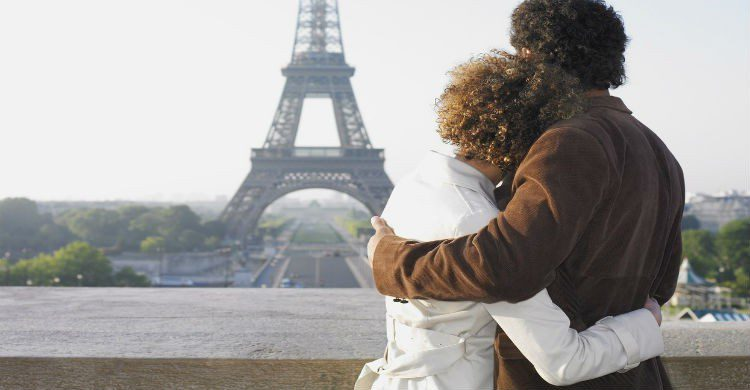 Pareja frente a la Torre Eiffel