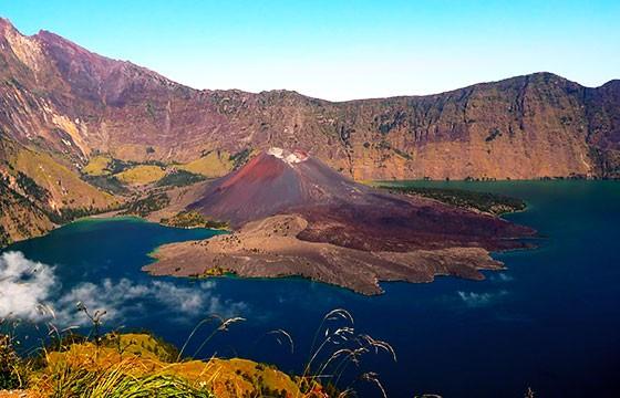 Vista del volcán Gunung Rinjani en Indonesia, Sudeste Asiático