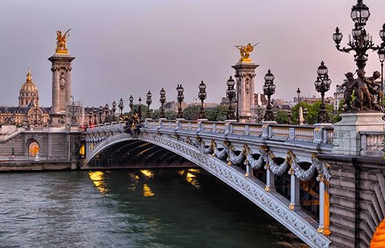 Vista del Puente Alexandre III en Francia