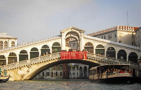 Vista del Puente Rialto en Italia