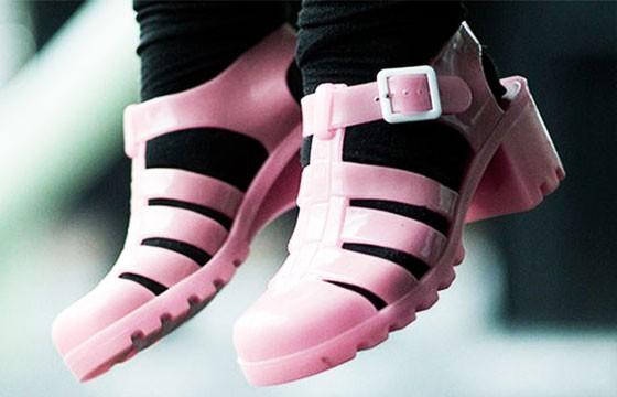 Sandalias con calcetas, ropa prohibida
