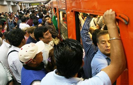 Metro del DF en hora pico.