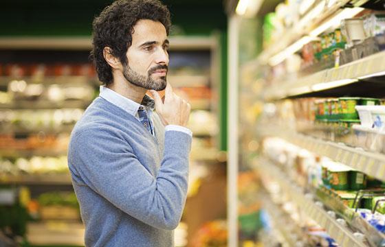 Atractivo hombre de compras en el supermercado-Istock