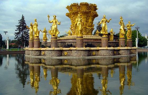 La Fuente de la Amistad de los Pueblos en Moscú, Rusia
