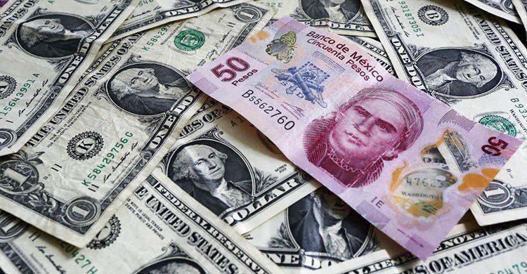 Dolares y billete mexicano