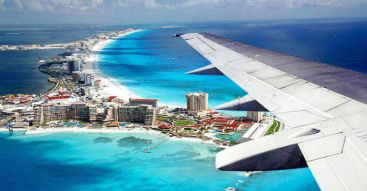Imagen aérea de Cancún, y el ala de un avión
