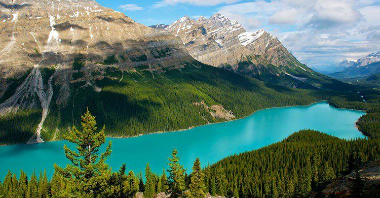 Lago de aguas cristalinas en Canadá.
