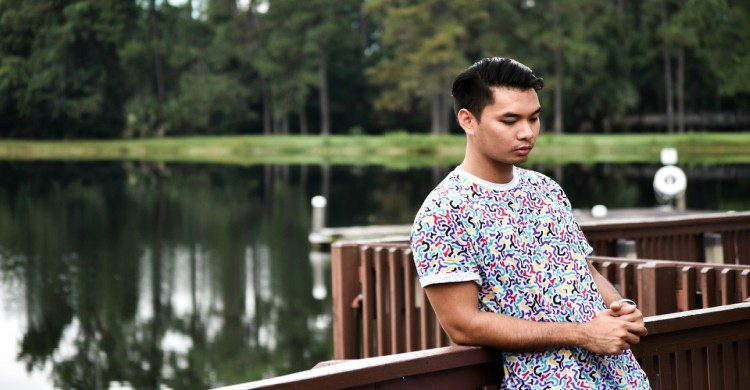 Hombre en un lago de Camboya