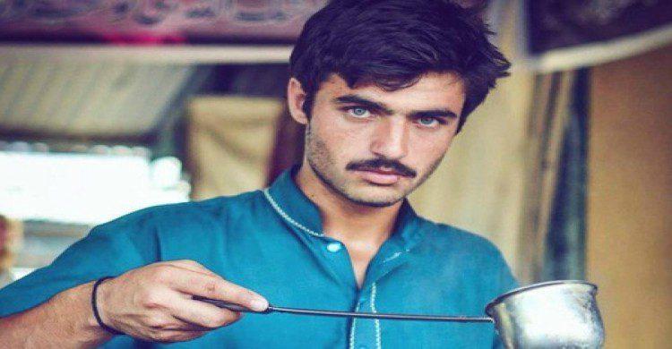 Hombre de ojos azules originario de Pakistán