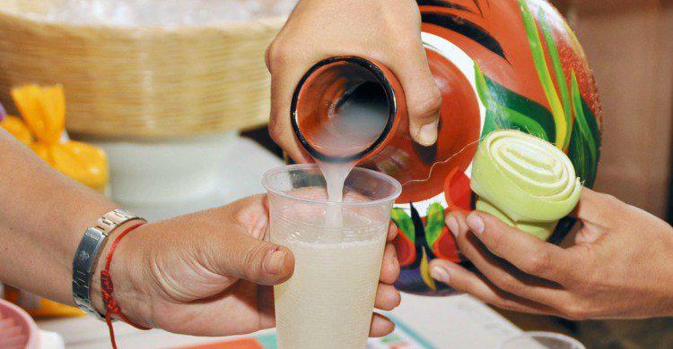 Sirviendo pulque en un vaso