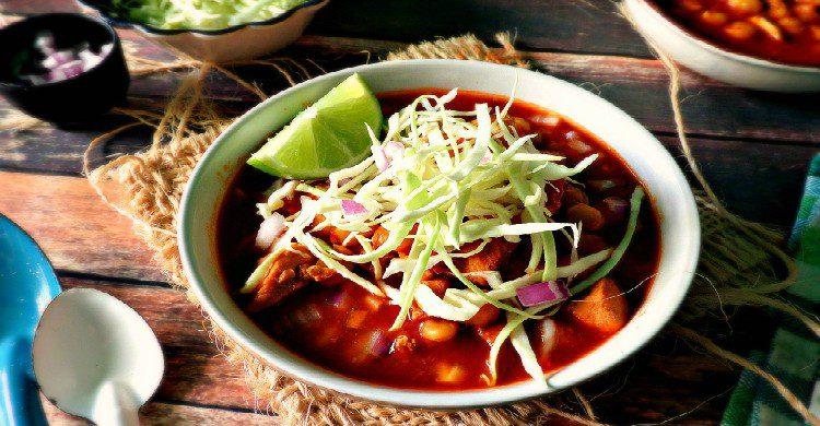 Pozole rojo mexicano con verdura y limón