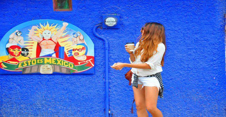 Mujer en la tienda de artesanías de Sayulita Esto es México
