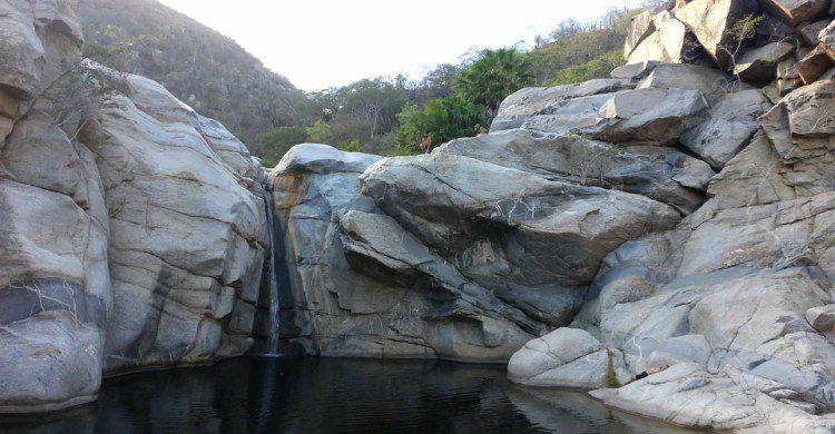 Cascada y piedras grises en el Cañón de la Zorra en Baja California Sur
