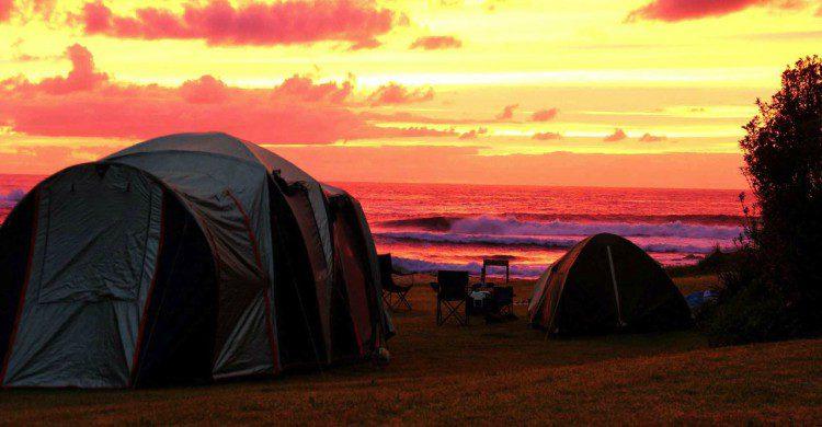 Campamento en la playa de Palmar de Camarón al atardecer