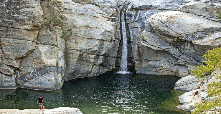 Cascada en vista panorámica en el Cañón de la Zorra