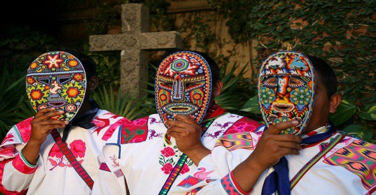 Huicholes con mascaras hechas de chaquira de colores