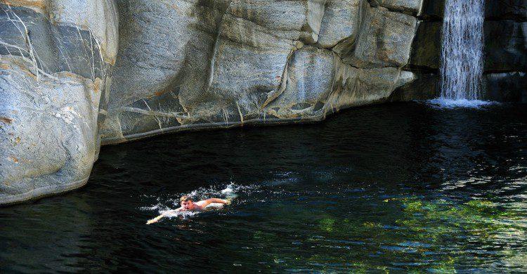 Hombre nadando en la laguna del Cañón de la Zorra