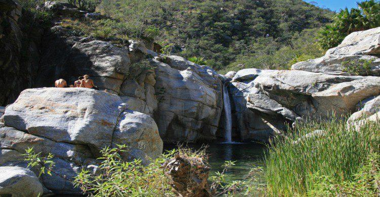 Tusristas contemplando la cascada del Cañón de la Zorra