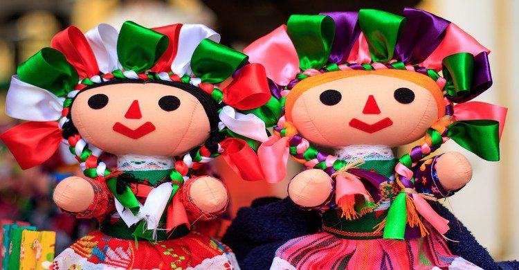Muñecas de trapo con listones de colores