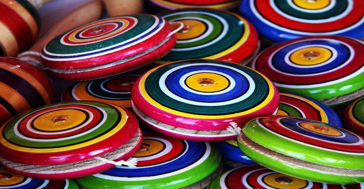 Yoyos de madera de colores