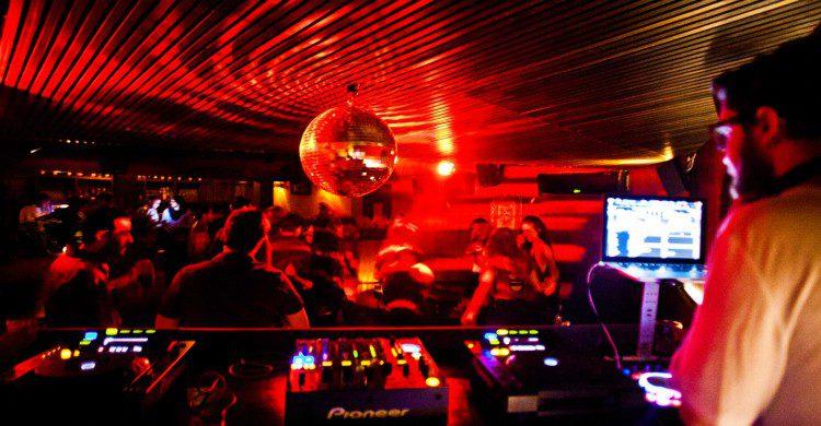 Antro Leonor Ciudad de México con luces rojas y bola disco