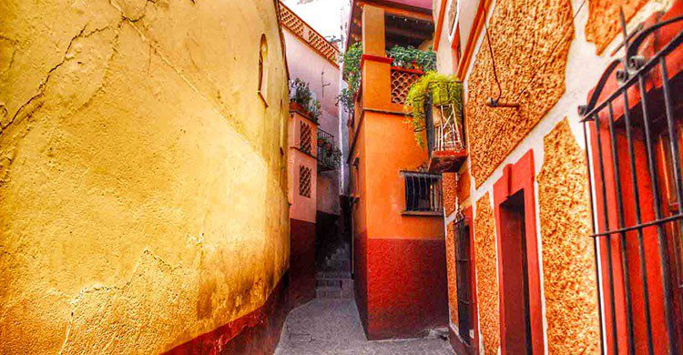 Callejón, entre dos casas.