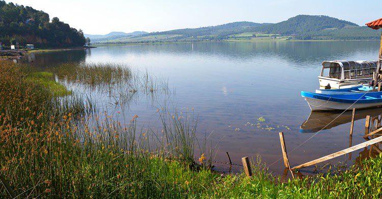 Lancha en medio del lago.