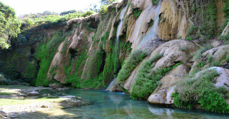 Las Granadas o Mil Cascadas de día con vegetación verde
