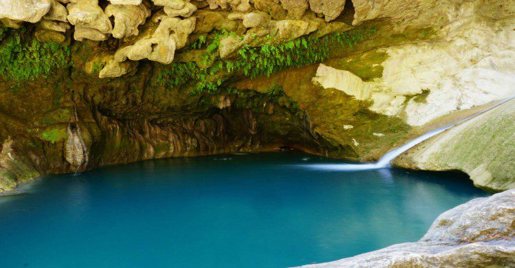 Agua azul de las pozas de las Mil Cascadas en Taxco