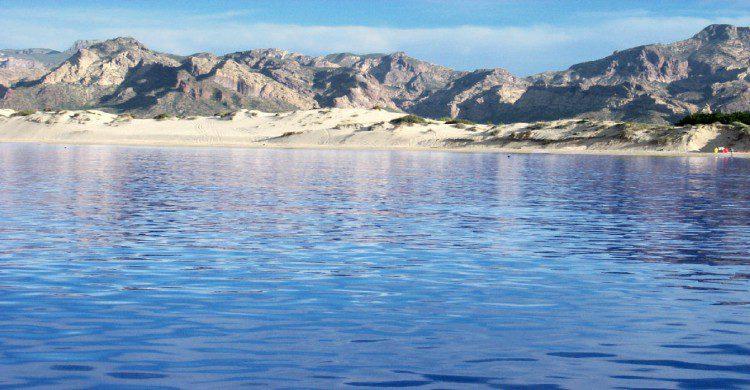 Los algodones, Sonora con montañas, agua azul y arena blanca