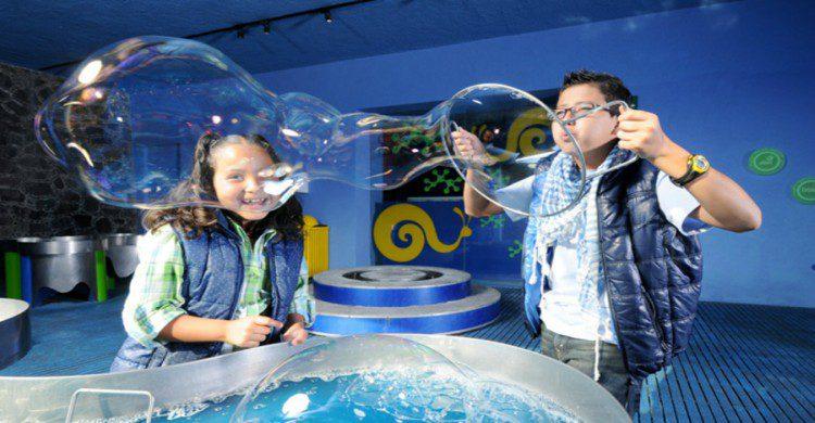 Dos niños haciendo burbujas en Papalote Museo del Niño Ciudad de México