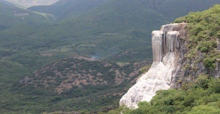 Cascada petrificada, Oaxaca vista panorámica con bosque de fondo