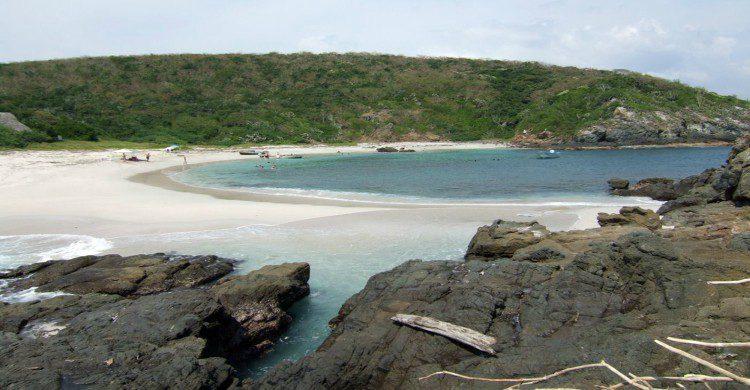 Punta Perula, Jalisco, arena blanca, mar y cielo azul de fondo