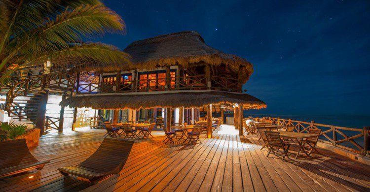 Restaurante El Sabor de las Nubes de noche con luces encendidas
